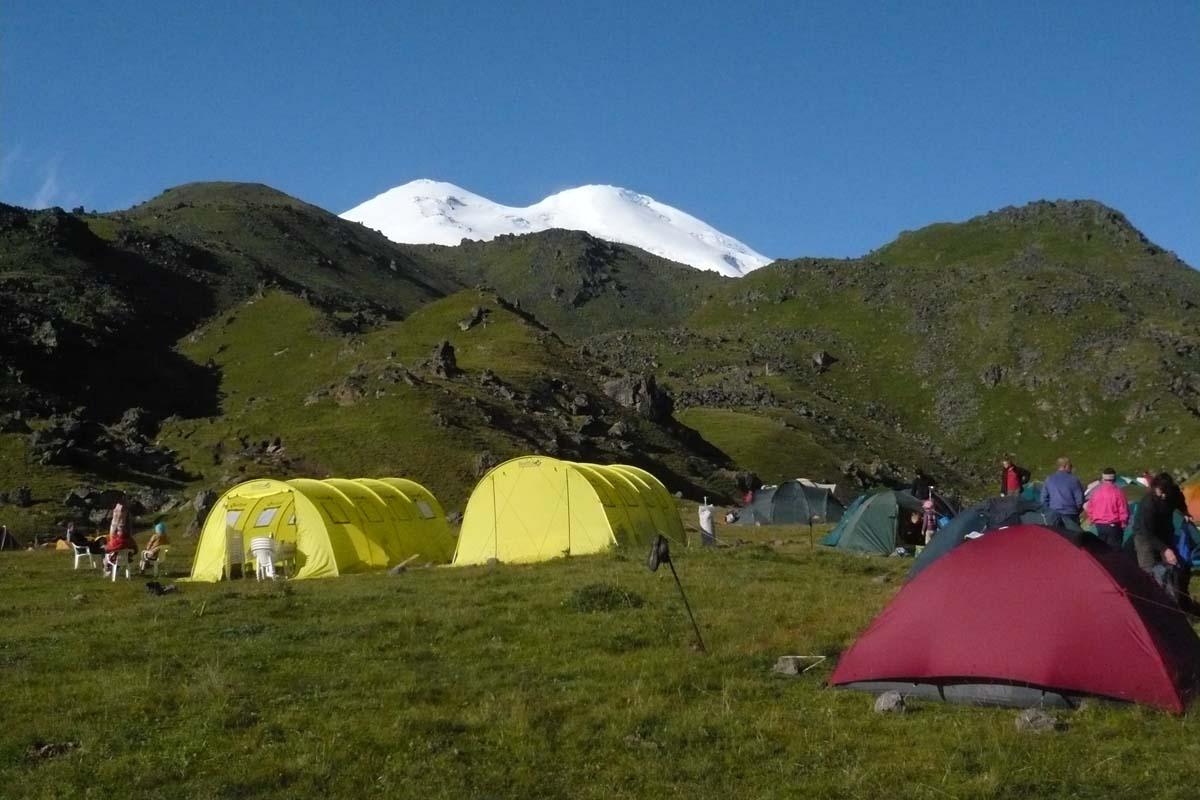 Базовый лагерь на северной стороне Эльбруса