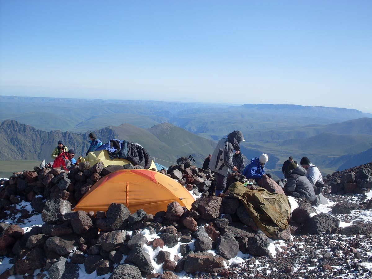 Штурмовой лагерь на северном склоне Эльбруса (3 800 м.)