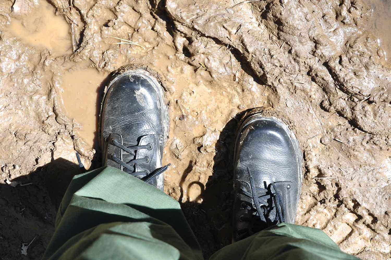 Налипшая к ногам грязь