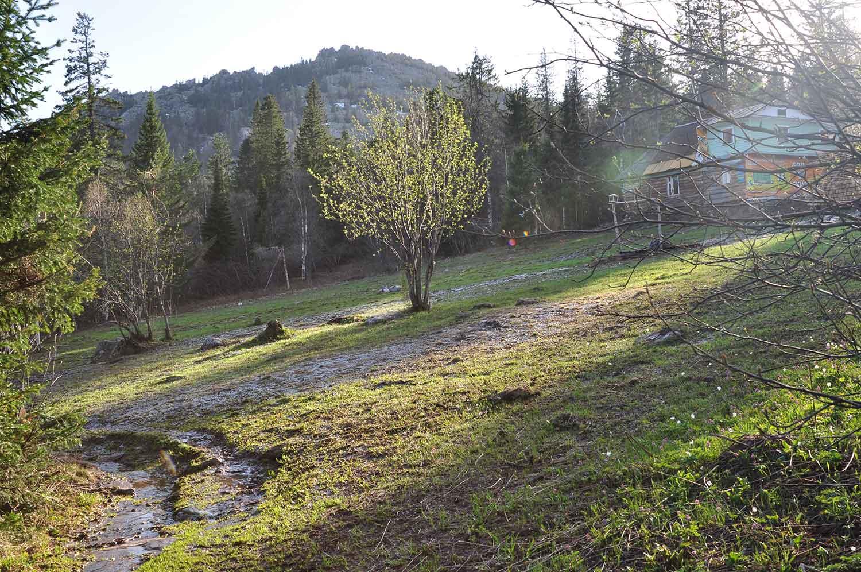 Вид на приют Гремучий ключ и скалы Бараньи лбы
