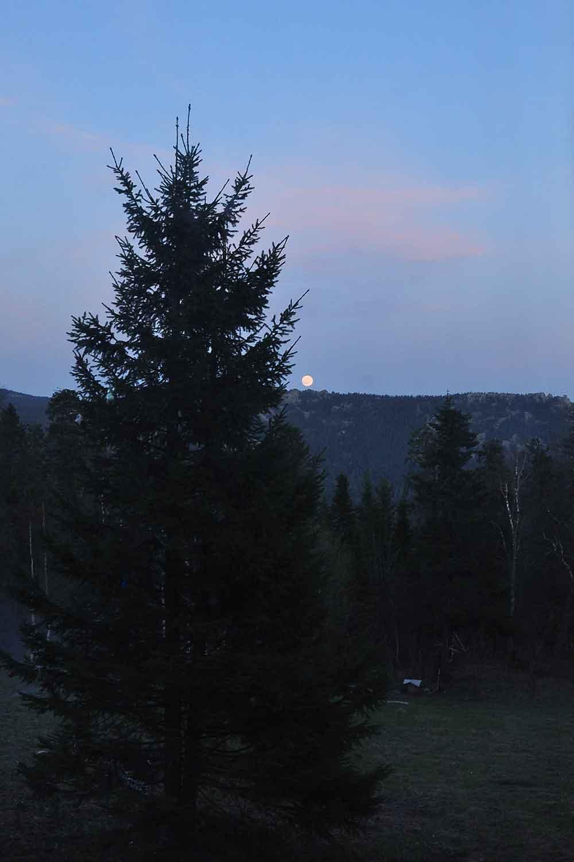 Вид на Средний Таганай из окна приюта