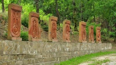 хачкары у монастыря