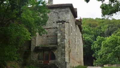 крепостные стены монастыря