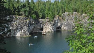 Пещера Двуглазка - два выхода из штольни верхнего горизонта
