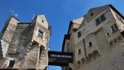 Центральная башня замка (справа) и башня Барборка (слева)