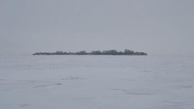 До острова около 3 км