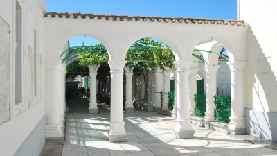 Пергола перед мраморным двориком