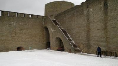 вид на Длинношеюю башню из крепости