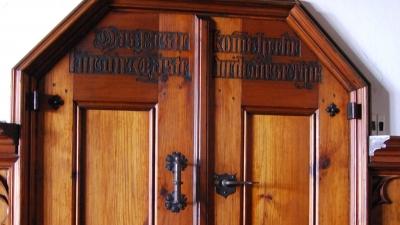Дверцы лифта в гостевой столовой