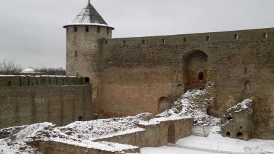 Воротная башня и стены крепости 1492 года