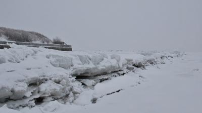 Ледяные торосы на волнорезе