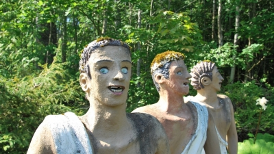 Статуи с искусственными зубами