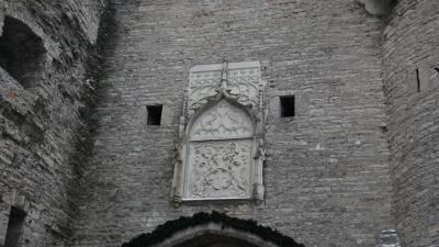 Старинный герб Таллина над воротами