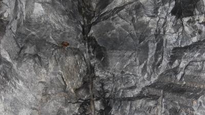 В породе бурились шурфы, туда закладывалась взрывчатка, взрывом откалывался массив камня.
