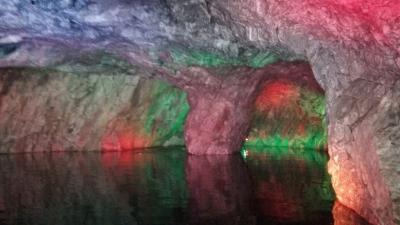 Подсветка подземного озера в районе провала