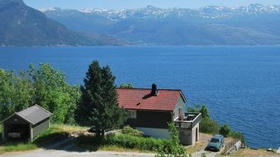 Солнечное северное побережье фьорда