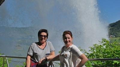 Под струёй водопада