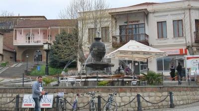 Фонтан на площади перед дворцом бракосочетаний
