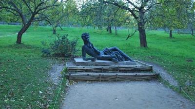 Михайловское. Памятник Пушкину-лицеисту
