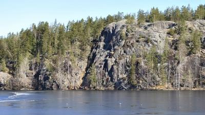 Вид на гору Ястребиная из-за озера