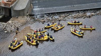 Эскадра сплавляющихся по Влтаве на каноэ
