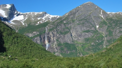 Переливы радуги над водопадом