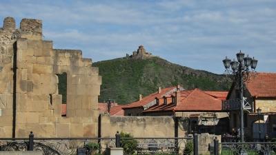 Вид с главной площади на монастырь Джвари