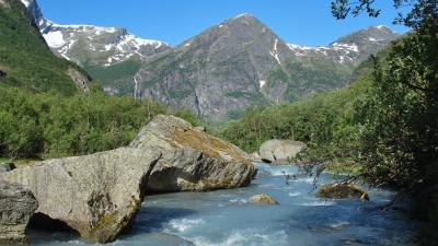 Ручей с ледниковой водой