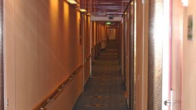 Бесконечный коридор жилой палубы