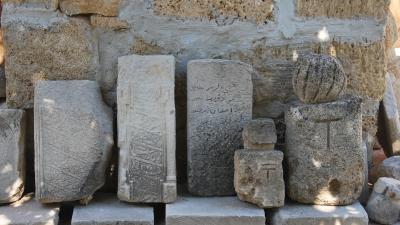 Надмогильные камни у стен мечети