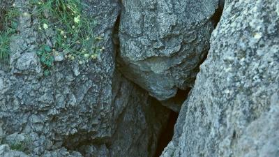 вход в пещеру Ухо Земли