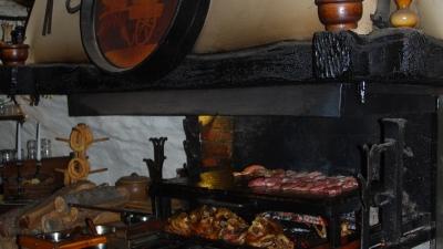 Мясо готовится прямо в зале