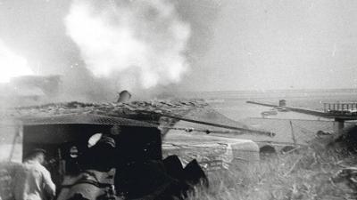 Стрельба по врагу из 152-мм орудия. 1944 год