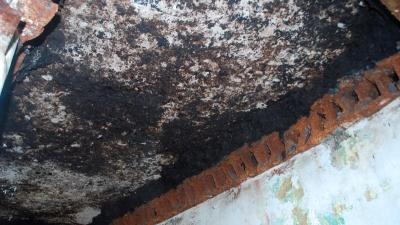 Асфальт и срезаныне металлические швеллеры бункеров