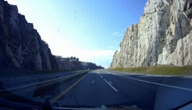 Прорубленная в скалах дорога