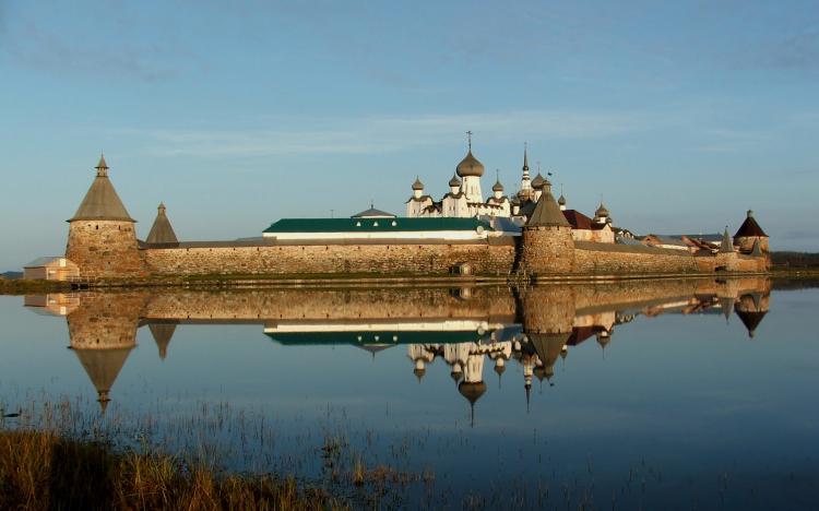 Вид на монастырь со стороны святого озера